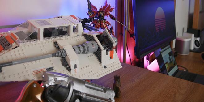 Để trang trí thêm cho không gian, bạn cũng có thể cân nhắc mua thêm một số món đồ chơi đẹp mắt, ví dụ như các bộ đồ chơi LEGO chẳng hạn. Ngoài ra, Atland đã sử dụng đèn Philips Hue Bulbs và một đèn Hue Go đặt sau chiếc MacBook để tạo điểm nhấn màu sắc (đỏ - tím) theo kiểu nóng ấm cho bàn làm việc
