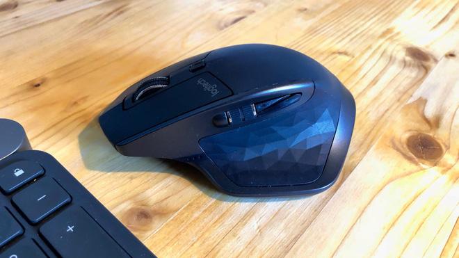Chuột Logitech MX Master Mouse (giá khoảng 2 triệu VND) với ngoại hình to và dày và kết nối không dây đem lại cảm giác cầm nắm thoải mái