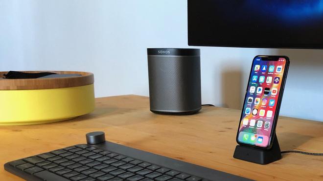 Về mặt âm thanh, chúng ta có thể tham khảo chiếc loa nhỏ gọn Sonos Play:1 với gam màu xám đen phù hợp với các thiệt bị khác. Bên cạnh là một chiếc hộp YPPERL nhỏ nhắn của IKEA để đựng các đồ dùng lặt vặt. Các bạn cũng có thể chọn mua các loại hộp bằng gỗ hoặc nhựa khác trên các trang thương mại điện tử, giá chỉ khoảng từ 100.000 - 200.000 VND