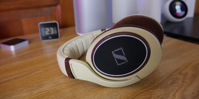 Chúng ta cũng có thể tham khảo chiếc tai nghe Sennheiser HD598, vừa có âm thanh tốt, đeo vừa vặn thoải mái mà lại có vẻ ngoài đẹp mắt. Hiện giá bán của sản phẩm này vào khoảng 4,6 triệu VND