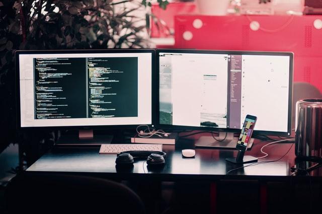 Setup bàn làm việc dấu sử dụng màn hình kép và giá treo màn hình kép